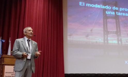 El Dr. Miguel Ángel Baltanás durante su conferencia plenaria